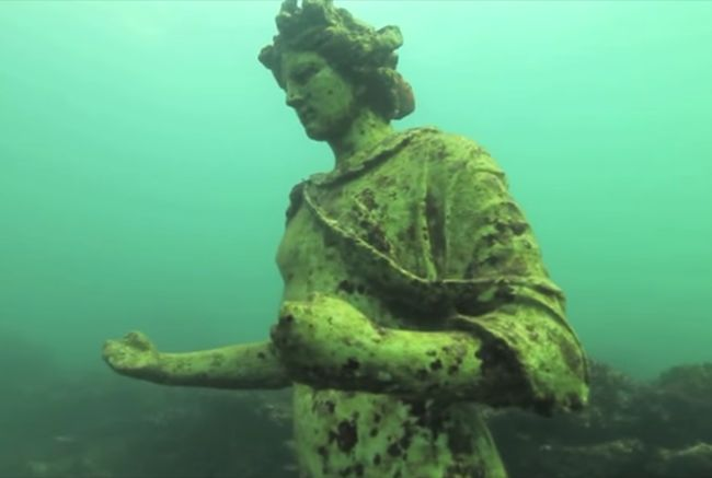 9 Amazing Statues You Can Only See Underwater