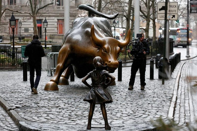 A statue of a defiant girl now confronts the famous «Charging Bull» on Wall St.