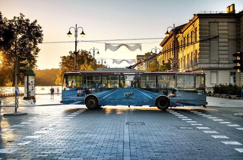 Τρόλεϊ που εξαφανίζεται περίτεχνα μέσα στο αστικό τοπίο