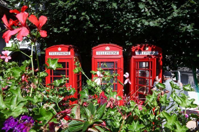 Οι διάσημοι κόκκινοι τηλεφωνικοί θάλαμοι της Μ. Βρετανίας μεταμορφώνονται σε μίνι επιχειρήσεις και βιβλιοθήκες