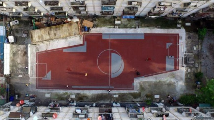 Εταιρεία κατασκεύασε τα πρώτα μη-συμμετρικά γήπεδα ποδοσφαίρου στις φτωχογειτονιές της Μπανγκόκ για καλό σκοπό