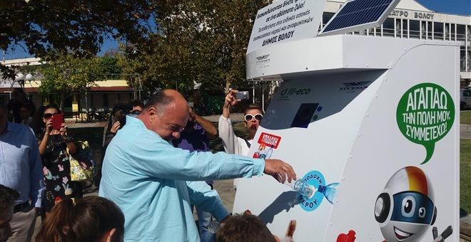 Βόλος: Πρωτοποριακό μηχάνημα που παρέχει τροφή και νερό σε αδέσποτα ζώα