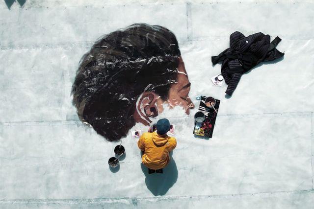 Πορτραίτα γυναικών αποτυπώνονται πάνω σε κομμάτια πάγου