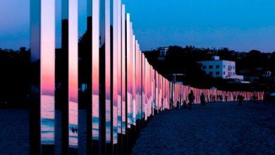 Εγκατάσταση από κολώνες αντανάκλασης σε παραλία της Καλιφόρνια
