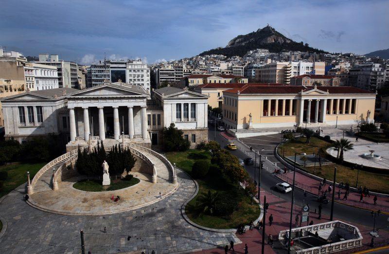Στα άδυτα της Εθνικής Βιβλιοθήκης της Ελλάδος, λίγο πριν οι θησαυροί της μεταφερθούν στη νέα τους στέγη