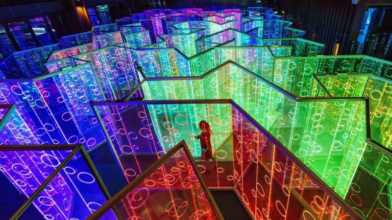 Ένας φωτεινός λαβύρινθος βυθίζει τους επισκέπτες σε ένα technicolor κόσμο
