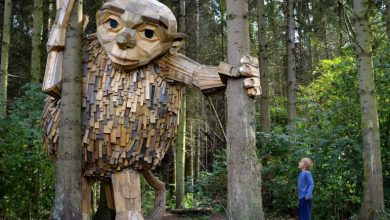 Τι κάνουν έξι ξύλινοι γίγαντες κρυμμένοι στα δάση της Κοπεγχάγης;
