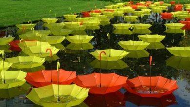 Ένα ποτάμι από πολύχρωμες ομπρέλες