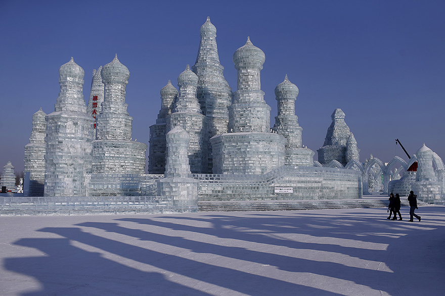 Κινέζοι καλλιτέχνες δημιουργούν γλυπτό 300 μέτρων από χιόνι