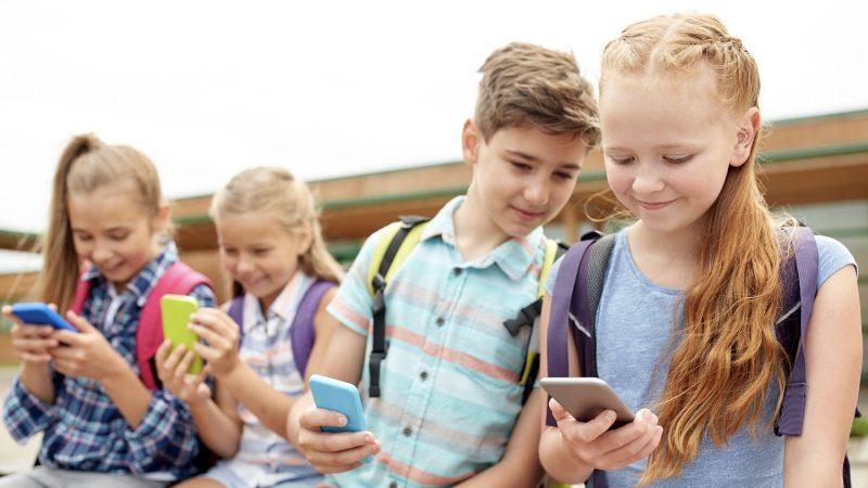 Η Γαλλία απαγορεύει τα κινητά τηλέφωνα στα σχολεία