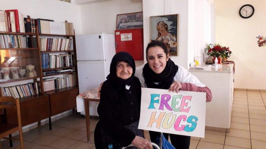 Free Hugs και ζεστά χαμόγελα από την Equal Society