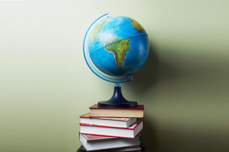 22 πρέσβεις προτείνουν ποιο βιβλίο να διαβάσετε πριν επισκεφτείτε την χώρα τους