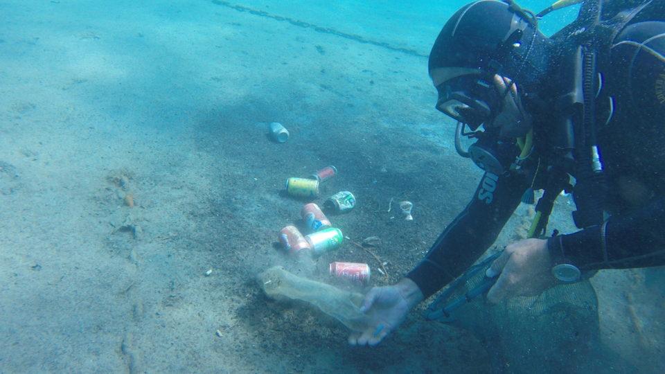 Οι εθελοντές δύτες του We Dive Clean σχεδιάζουν μελλοντικά να στήσουν έκθεση με όσα βρίσκουν στον ελληνικό βυθό