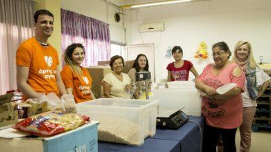 Μια ομάδα συγκεντρώνει τρόφιμα από εστιατόρια της Αθήνας και τα μοιράζει σε άπορες οικογένειες