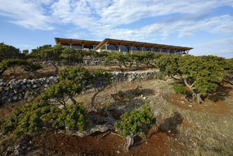 Σε μια πλαγιά στη Χίο στέκεται ένα βραβευμένο θεματικό Μουσείο που βρίσκεται σε συνεχή διάλογο με τη γη