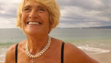 H 81χρονη windsurfer από την Κεφαλονιά που σκίζει το Ιόνιο με τη σανίδα και το πανί της