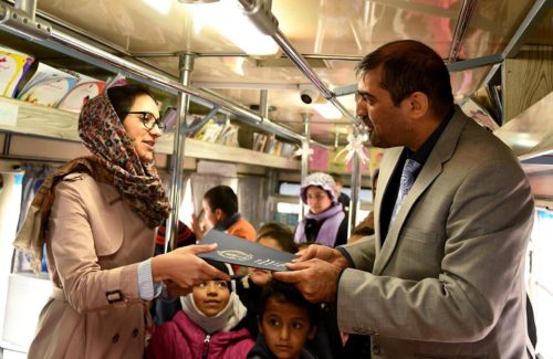 Η οργάνωση Charmagz κάνει τα λεωφορεία κινητές βιβλιοθήκες