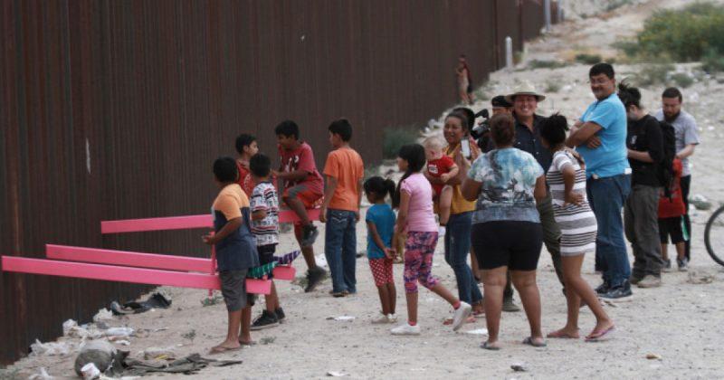 «Απάντηση» στο τείχος – Παιδιά από Μεξικό και ΗΠΑ κάνουν μαζί τραμπάλα πάνω στα σύνορα