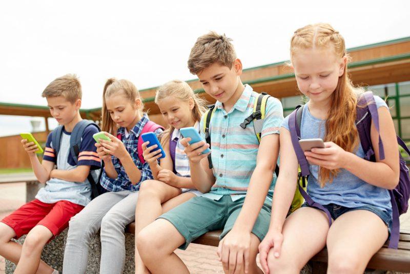 Οι «έξυπνες» οθόνες κλέβουν την φαντασία των παιδιών