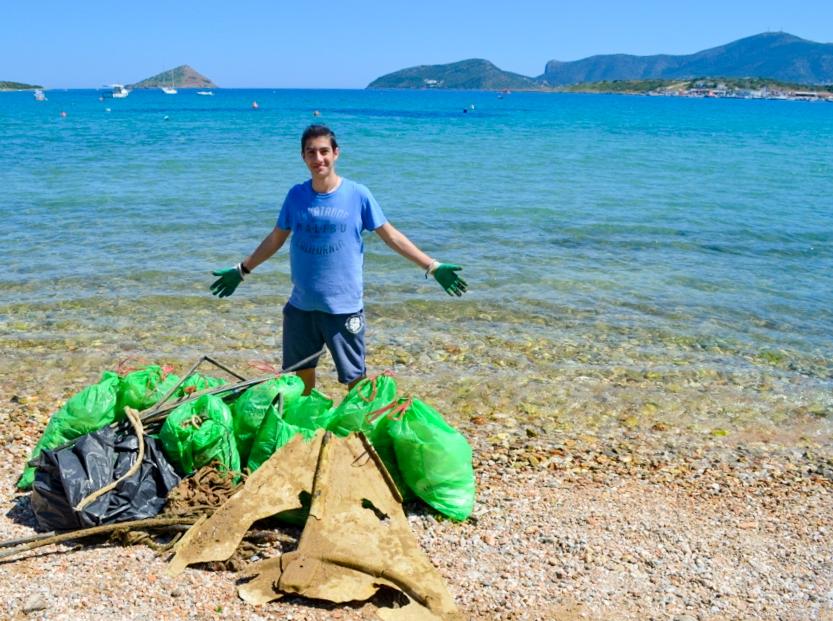 Ο Οδυσσέας βουτά στον βυθό της θάλασσας για σκουπίδια από τα 14 του