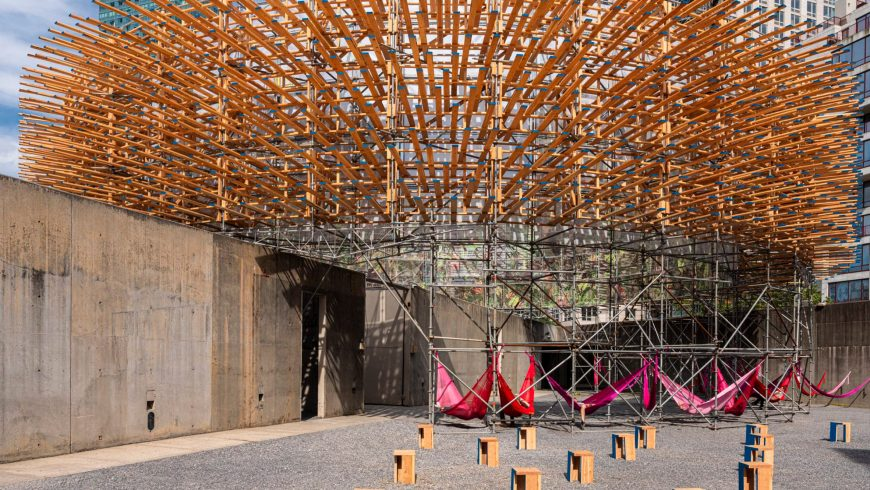 Ένα δάσος από χιλιάδες ξύλινες αιχμές σχηματίζουν ένα περίπτερο που κατασκεύασαν οι Μεξικανοί designers Pedro & Juana