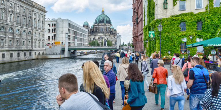 Βερολίνο: Τουρίστες μαζεύουν τα σκουπίδια