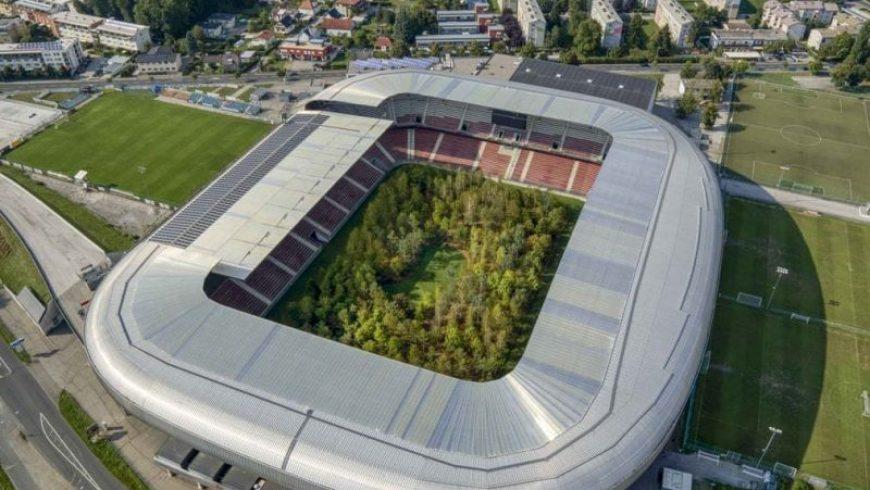 Ένα δάσος μεγαλώνει μέσα σε ένα γήπεδο ποδοσφαίρου στη Αυστρία