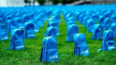 Πάνω από 3.700 σχολικές τσάντες έξω από το κτίριο του ΟΗΕ για τα παιδιά που χάθηκαν σε εμπόλεμες ζώνες