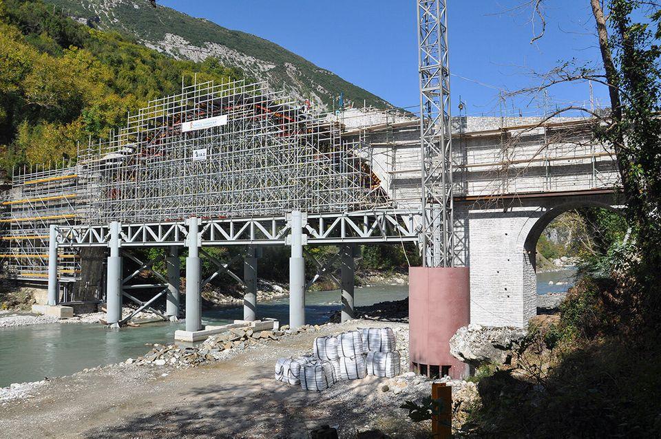 Αναστηλώνοντας την Γέφυρα της Πλάκας