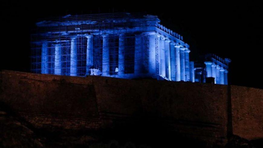Εντυπωσιακό: Η Ακρόπολη φωτίστηκε στα μπλε – Δείτε το λόγο