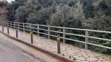 Κολωνάκια στα πεζοδρόμια του επαρχιακού δρόμου στον Άγιο Νικήτα από την Π.Ε. Λευκάδας