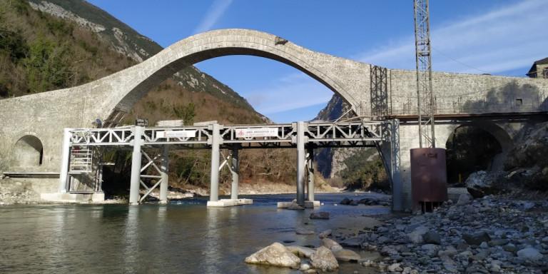 Εντυπωσιακές εικόνες: Αναστηλώθηκε το εμβληματικό γεφύρι στην Πλάκα – Χτισμένο το 1866 από τον αρχιμάστορα Μπέκα