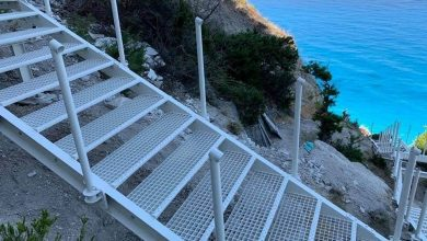 Στο 50% τα έργα αποκατάστασης της πρόσβασης στην παραλία των Εγκρεμνών