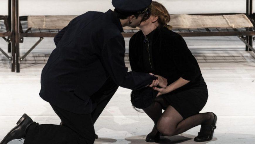 Το «Europa» του αιρετικού Λαρς φον Τρίερ έγινε παράσταση – Δωρεάν στο ψηφιακό κανάλι της Λυρικής