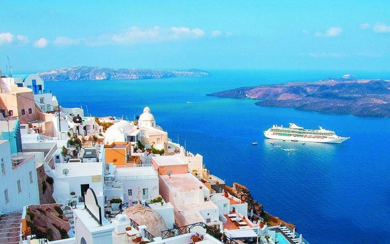 Προσδοκίες για έσοδα 8 δισ. από τον τουρισμό εντός του 2021