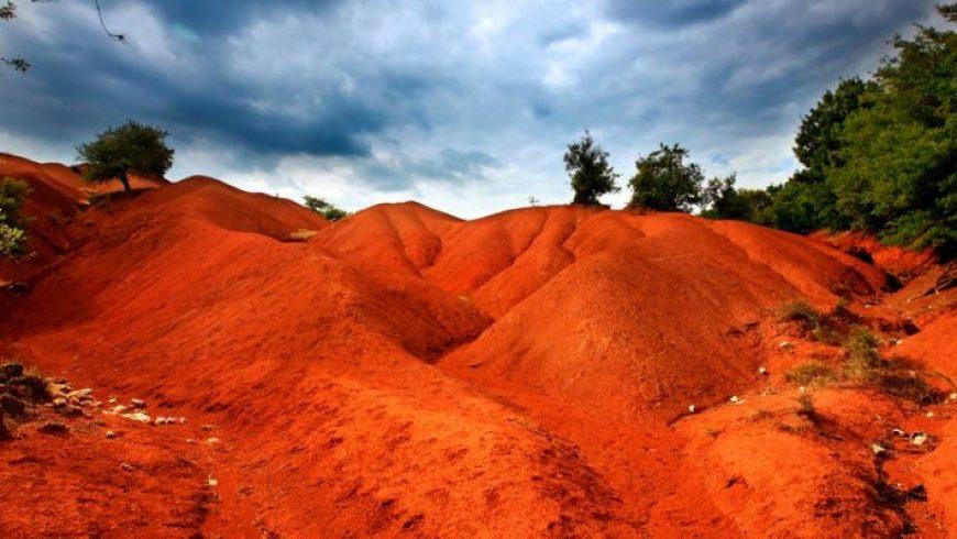Κοκκινοπηλός: Ενα instagramικό σκηνικό στην Πρέβεζα – Κατακόκκινοι λόφοι, σαν να είσαι στον Αρη