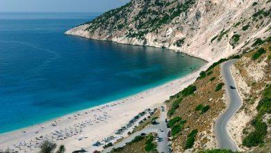 Reuters: Η Ελλάδα ετοιμάζει ξαπλώστρες και ομπρέλες για τους τουρίστες από τον Μάϊο
