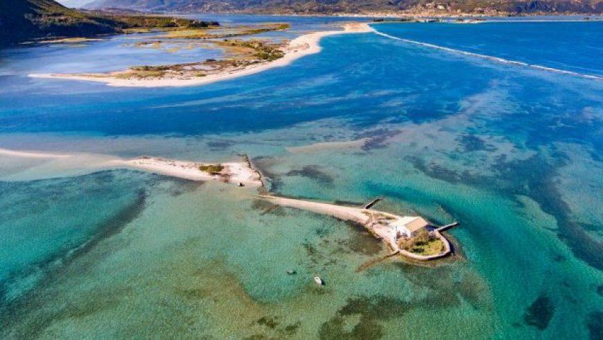 Λευκάδα: Πετώντας πάνω από το νησάκι του Σικελιανού που θυμίζει εξωτικό προορισμό
