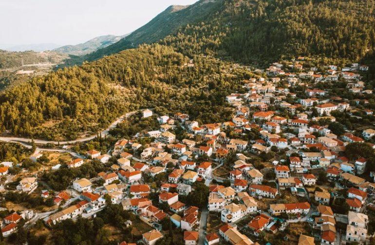 Λευκάδα: Το ορεινό κεφαλοχώρι του νησιού με το υπέροχο φυσικό περιβάλλον